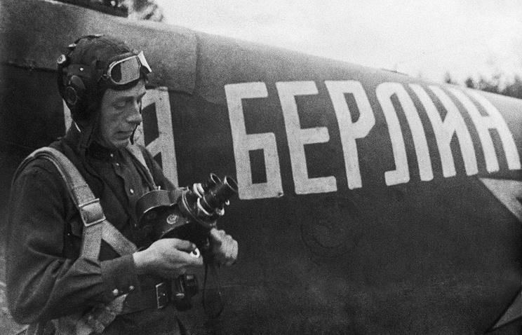 Военный кинооператор Центральной студии документальных фильмов Георгий Епифанов, 1944 год