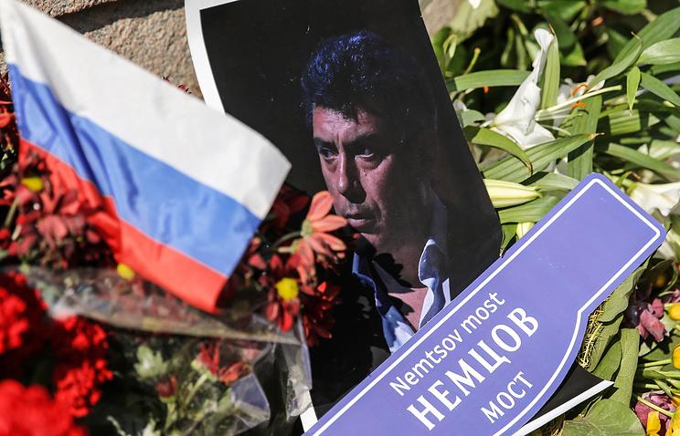 Возложение цветов на Большом Москворецком мосту в Москве, где 28 февраля был убит политик Борис Немцов. 7 апреля 2015 года