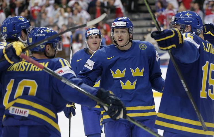 Эпизод из матча между сборными Швеции и Чехии
