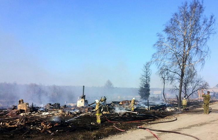 Сотрудники МЧС РФ во время тушения пожаров в селе Фоминское Свердловской области