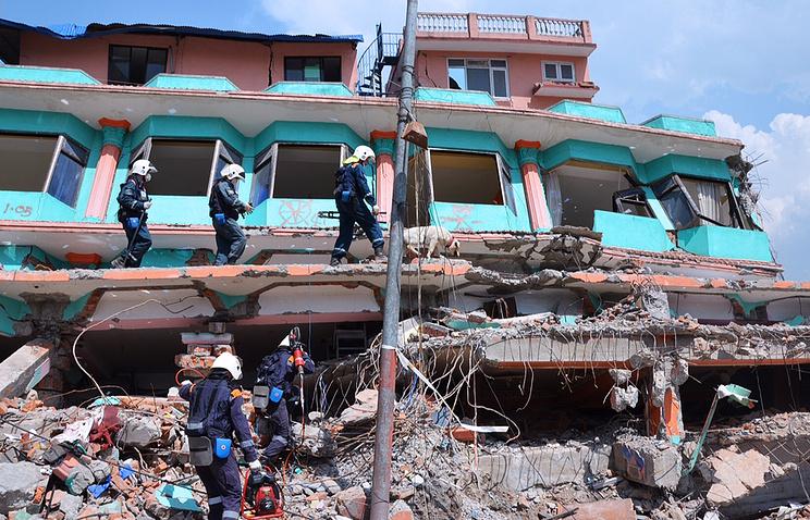 Спасатели МЧС РФ во время разбора завалов  в Непале