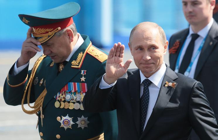 Министр обороны РФ Сергей Шойгу и президент России Владимир Путин (слева направо) после военного парада на Красной площади