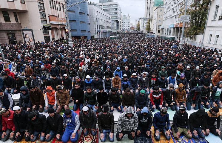 Во время молитвы у Соборной мечети в Москве