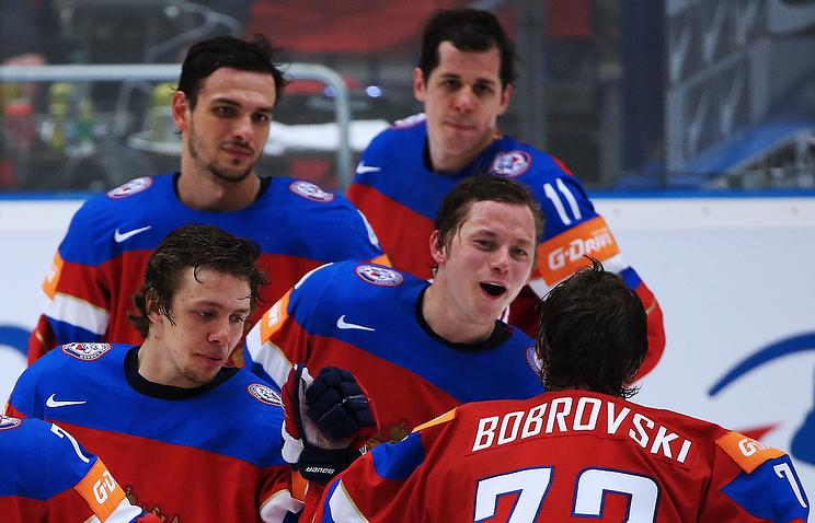 Хоккеисты сборной России Артемий Панарин (слева), Евгений Малкин (справа на третьем плане) и вратарь Сергей Бобровский (на первом плане)
