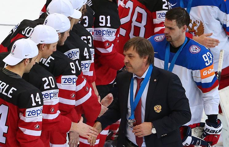 Главный тренер сборной России Олег Знарок и канадские хоккеисты после финала ЧМ