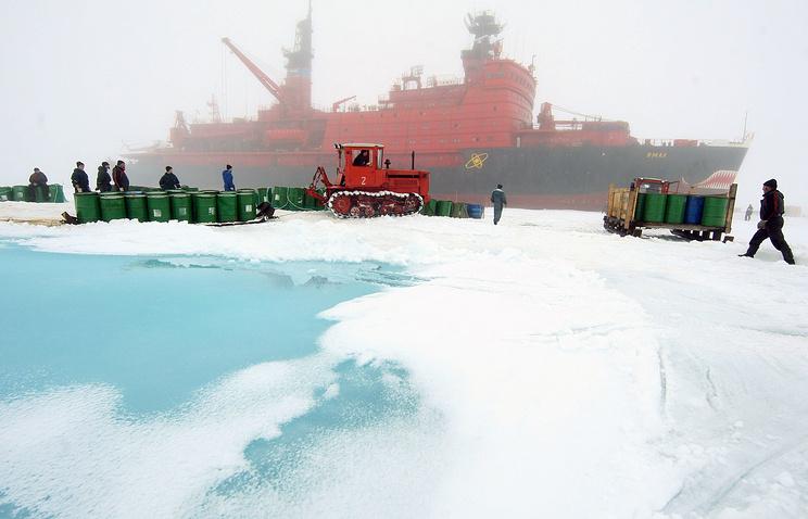 """Ледокол """"Ямал"""" проводит плановую эвакуацию сотрудников и оборудования дрейфующей станции """"Северный полюс-36"""" в Северном Ледовитом океане."""