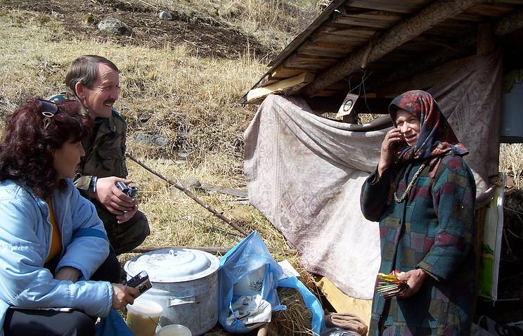 Агафья Лыкова (справа) у своего дома в верховьях Большого Абакана