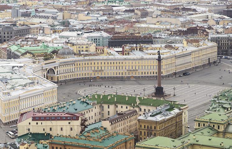 Здание штаба Западного военного округа на Дворцовой площади Санкт- Петербурга