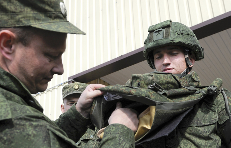 """Военнослужащий во время демонстрации бронежилета боевой экипировки """"Ратник"""""""