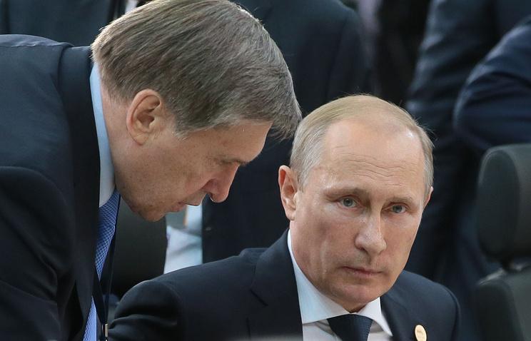 Помощник президента РФ Юрий Ушаков и президент России Владимир Путин