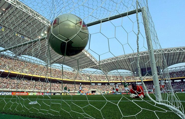 Эпизод из матча на чемпионате мира 2002 года между сборными Камеруна и Ирландии