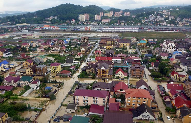 Вид на жилой район города во время наводнения