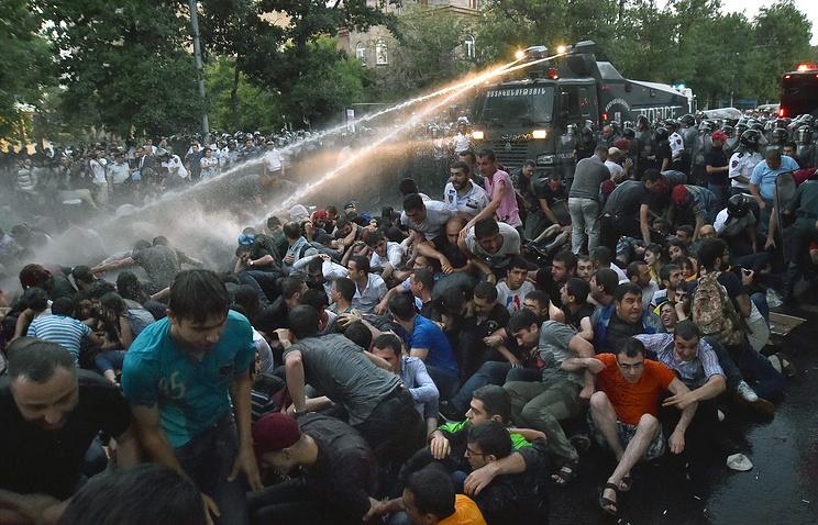 Разгон митингующих в Ереване 23 июня