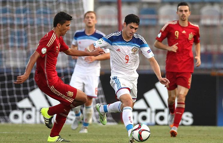 Российский нападающий Рамиль Шейдаев (в центре) во время матча против сборной Испании