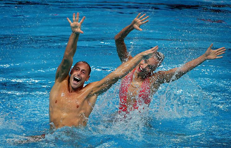 Спортсмены из США Кристина Джонс и Билл Мэй во время выступления с технической программой в финале соревнований по синхронному плаванию среди смешанных дуэтов на 16-м Чемпионате мира ФИНА по водным видам спорта.