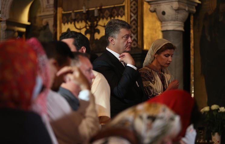 Президент Украины Петр Порошенко с супругой Мариной на праздничной литургии в Свято-Владимирском Патриаршем кафедральном соборе в Киеве