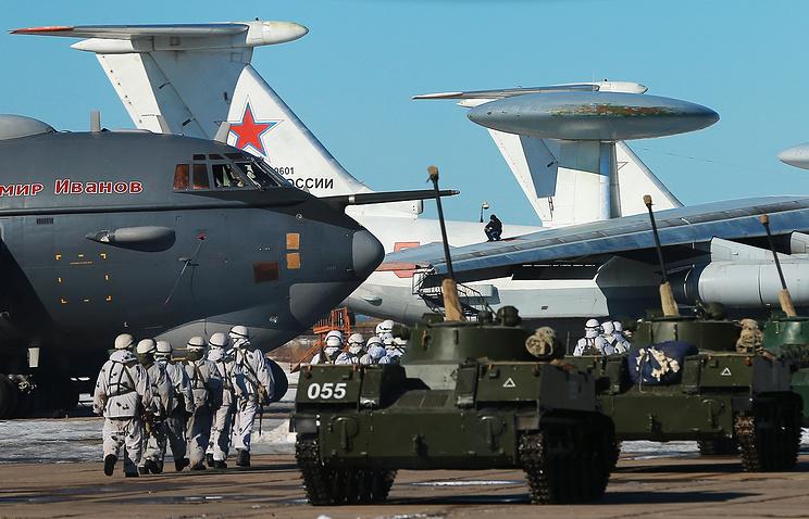 Военнослужащие батальона Ивановского соединения ВДВ на аэродроме во время внеочередной проверки боевой готовности войск