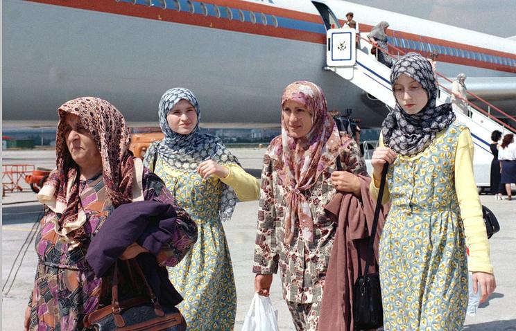 Прибытие косовских адыгов специальным рейсом МЧС из Белграда на историческую родину. 6 августа 1998 г.