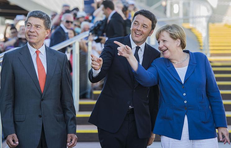 Канцлер Германии Ангела Меркель с премьер-министром Италии Маттео Ренци (в центре) и мужем Иоахимом Зауэром (слева)