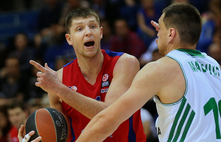 Виктор Хряпа (с мячом)