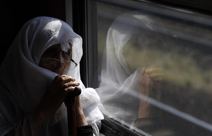 """Женщина в поезде, покинувшим вокзал """"Келети"""" в Будапеште, Венгрия, 3 сентября 2015 года"""