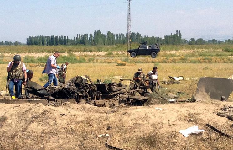 На месте взрыва придорожной бомбы в провинции Ыгдыр