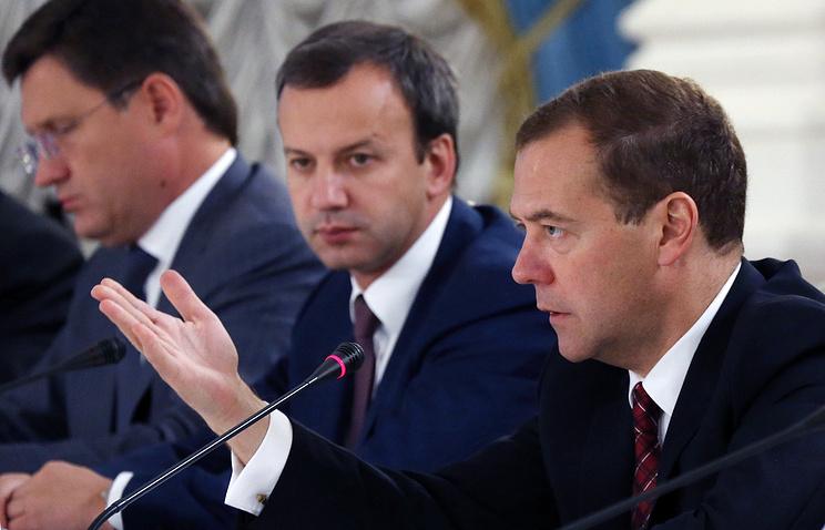 Премьер-министр РФ Дмитрий Медведев, вице-премьер РФ Аркадий Дворкович и министр энергетики РФ Александр Новак (справа налево) во время заседания российско-бразильской комиссии высокого уровня по сотрудничеству
