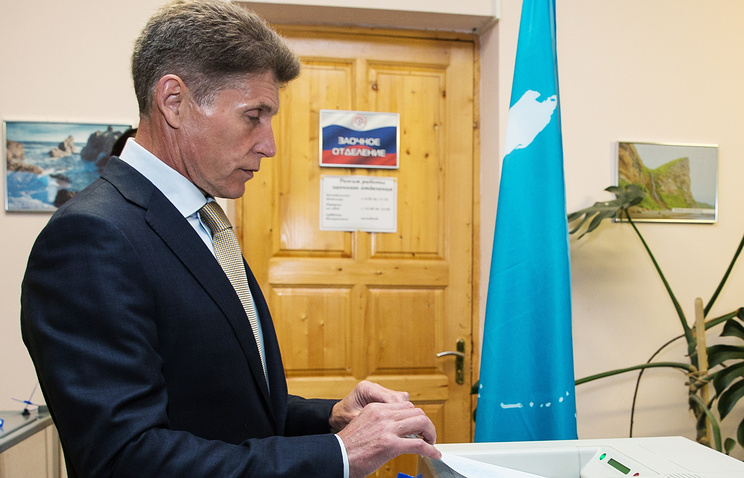 Олег Кожемяко во время голосования на избирательном участке на выборах губернатора Сахалинской области 13 сентября 2015 года
