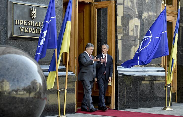 Президент Украины Петр Порошенко и генеральный секретарь НАТО Йенс Столтенберг (слева направо) после заседания Совета национальной безопасности и обороны, 22 сентября