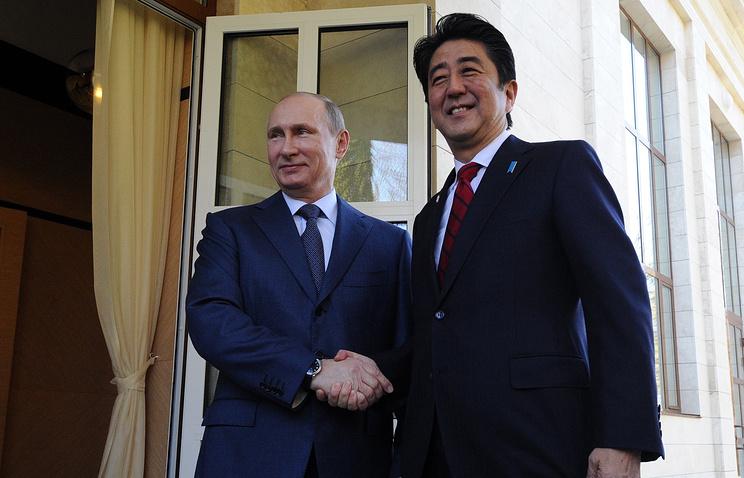 Президент России Владимир Путин и премьер-министр Японии Синдзо Абэ. Архив