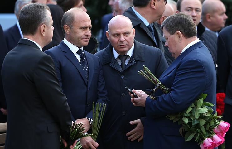 Управляющий делами президента РФ Александр Колпаков (второй слева) перед началом церемонии прощания с Виктором Хрековым