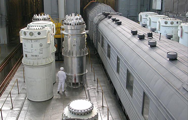 """Бронированные герметичные железнодорожные вагоны-контейнеры для перевозки отработанного ядерного топлива на химкомбинат """"Маяк"""""""