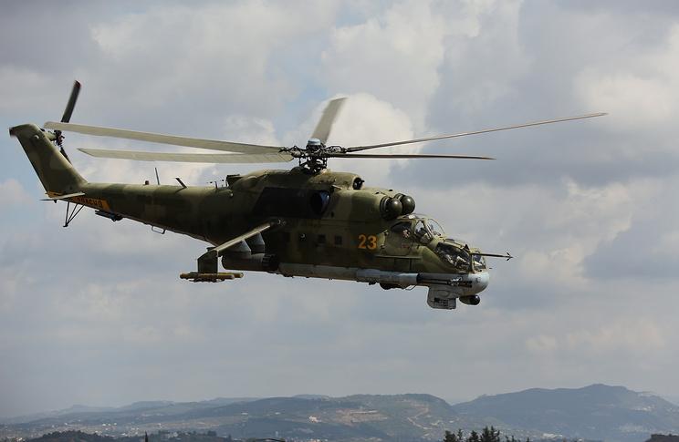 """Российский ударный вертолет МИ-24 над аэродромом """"Хмеймим"""" в Сирии"""