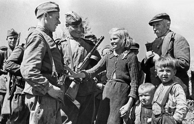 Жители освобожденного от немецко-фашистской оккупации села Устрожиска (Польша) поздравляют бойцов Красной Армии с победой, 1944 год