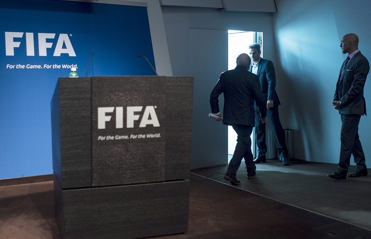 Йозеф Блаттер во время пресс-конференции, посвященной его уходу с поста президента ФИФА