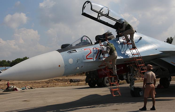 """Российские пилоты во время посадки в истребитель Су-30СМ перед вылетом с авиабазы """"Хмеймим"""""""