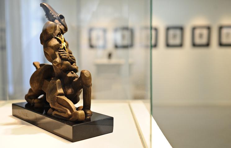 """Бронзовая скульптура """"Кентавр с цветком в груди"""" (2004 г.), представленная на выставке """"Эрнст Неизвестный. Скульптура. Графика"""""""