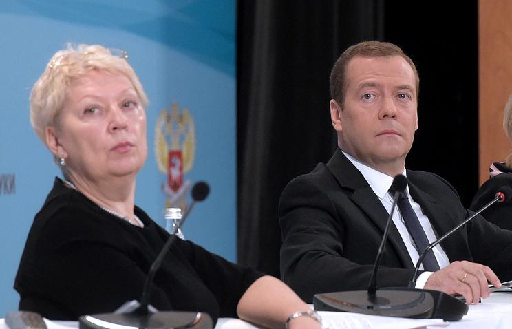 Министр образования и науки РФ Ольга Васильева (слева) и премьер-министр РФ Дмитрий Медведев