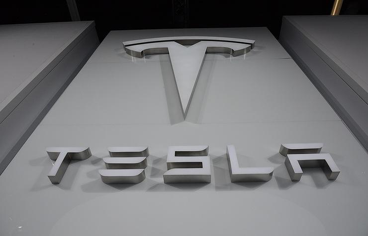 Tesla представила крупносерийный автомобиль ссамым быстрым разгоном