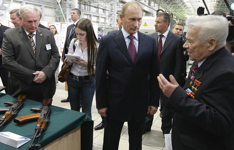 Председатель правительства РФ Владимир Путин (в центре) и Михаил Калашников (справа), 2010 год
