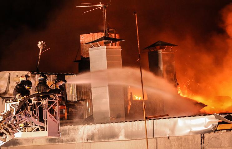 СКпроводит обыски усобственника сгоревшего в российской столице склада