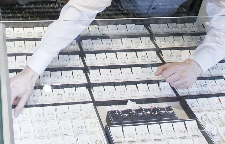 Неизвестный похитил 9 лотков сукрашениями изювелирного магазина вВидном