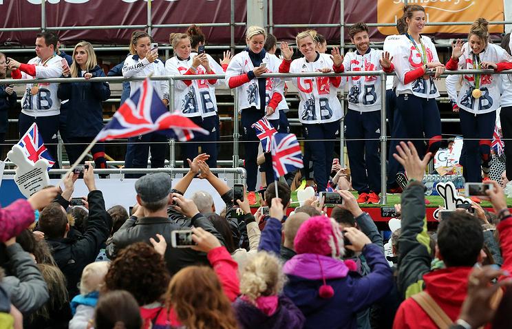 Самозванцы спластиковыми наградами поучаствовали впараде олимпийцев вМанчестере