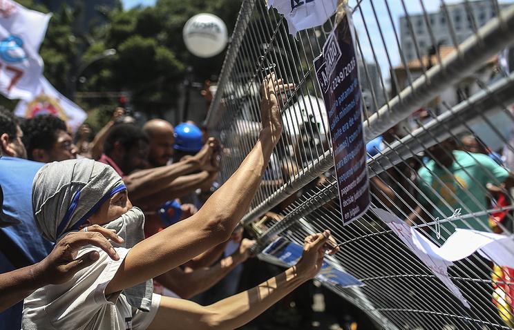 Демонстранты ворвались взал заседаний парламента Бразилии