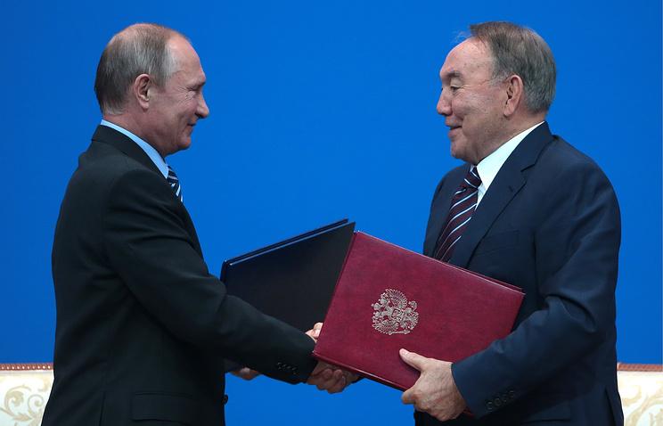Нурсултан Назарбаев прилетел вПетербург