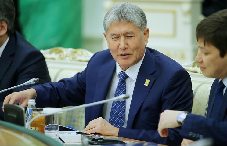 Поправки вКонституцию вступят всилу 15января— Атамбаев подписал закон