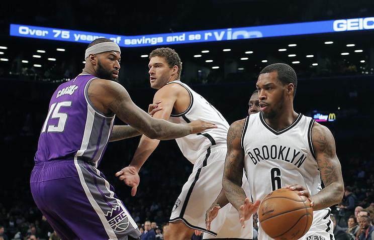 """Баскетболисты """"Бруклина"""" Шон Килпатрик (с мячом) и Брук Лопес (в центре)"""