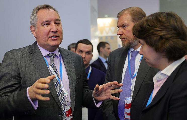 Вице-премьер России Дмитрий Рогозин (слева)