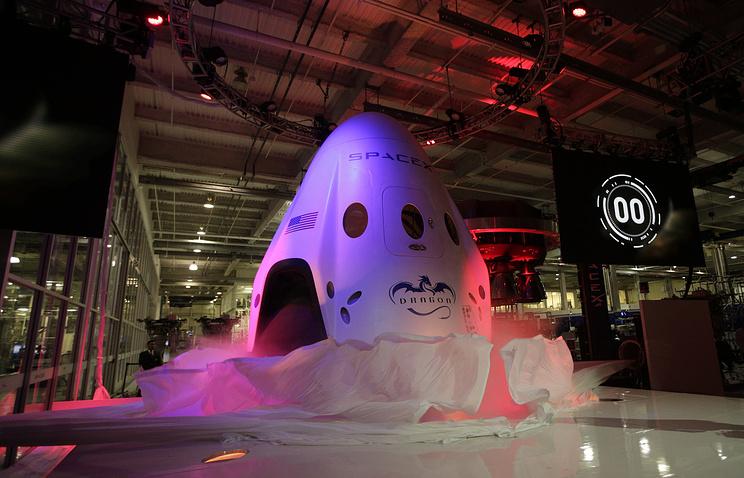 SpaceX запустит 2-х космических туристов вполет вокруг Луны в последующем году