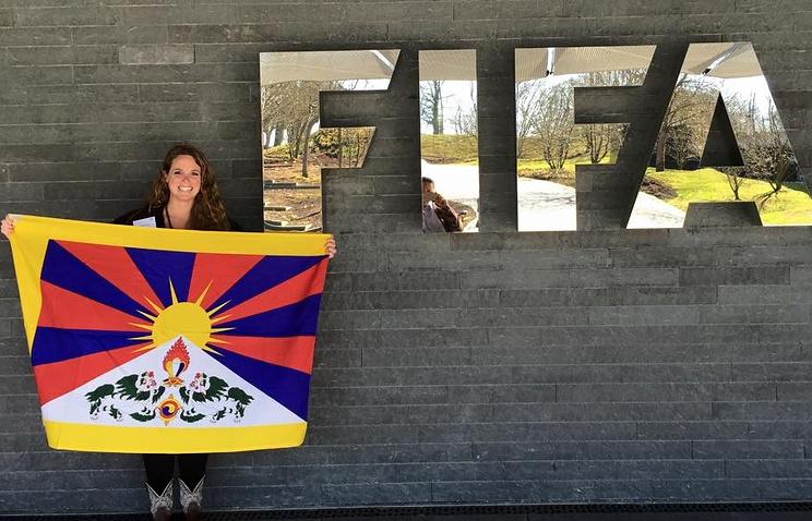 Тренер женской футбольной команды Тибета Кэсси Чайлдерс возле штаб-квартиры ФИФА